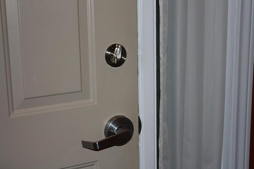Installation de serrure installer une poign e ou serrure - Comment installer une serrure de porte ...